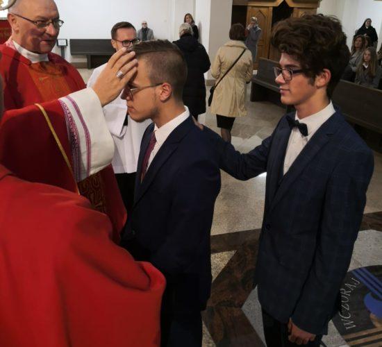 Młodzież przystąpiła do sakramentu bierzmowania.